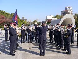 広島の平和記念公園、慰霊碑にて追悼演奏