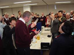 浜松での昼食会で記念品を受け取るコリングス楽長