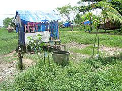 救世軍が供給した防水シートで雨を凌げるように作られた仮住居