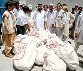 必需品入りの袋を配布する救世軍チーム