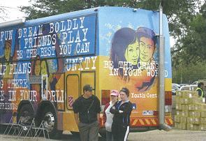子どもと青少年向けの活動資源を提供するためにフイットルシーに来た、救世軍の小隊「メルボルン614」所属のバス、アクサ614号